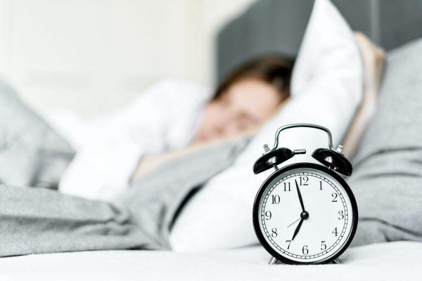 จัดตารางการตื่นและนอนให้เป็นเวลา